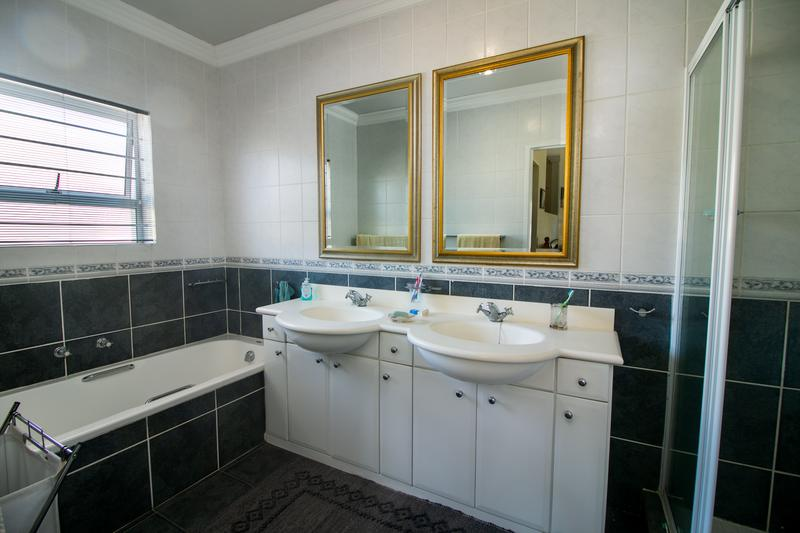Property For Sale in Monte Sereno, Somerset West 17